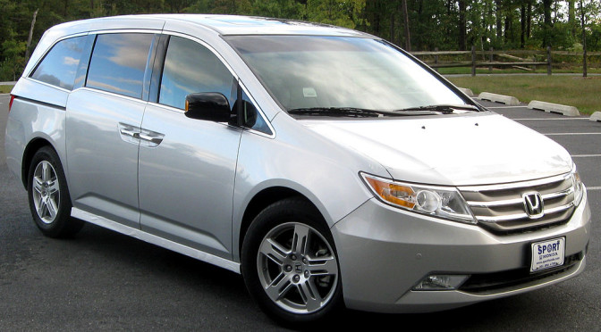 2015 minivan safety comparison sienna vs odyssey the for Compare honda odyssey and toyota sienna